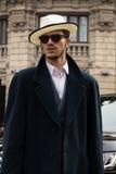 Estilo de la calle durante Milan Fashion Week para la caída/el invierno 2015-16 Foto de archivo libre de regalías