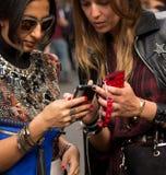 Estilo de la calle durante Milan Fashion Week para la primavera/el verano 2015 imagenes de archivo