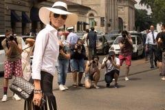 Estilo de la calle: Gente que espera para asistir al desfile de moda de Gucci en Milán, el 23 de junio de 2014 Fotografía de archivo libre de regalías