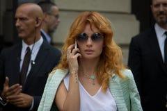 Estilo de la calle: Gente que espera para asistir al desfile de moda de Gucci en Milán, el 23 de junio de 2014 Imagenes de archivo
