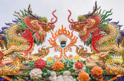 Estilo de la estatua del dragón en templo chino Foto de archivo