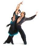 Estilo de latina dos dançarinos dos pares imagens de stock royalty free