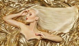 Estilo de pelo de la moda del oro, pelo largo de oro del peinado rubio de la mujer Imagen de archivo libre de regalías