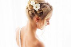 Estilo de pelo de la mujer para la ceremonia de boda Fotos de archivo