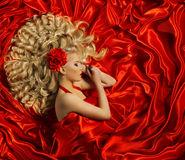 Estilo de pelo, peinado rizado de la mujer, modelo de moda en color rojo Fotografía de archivo