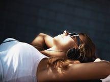 Estilo de vida adolescente música de escuta w da menina atrativa nova feliz Imagem de Stock Royalty Free