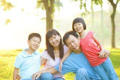 Estilo de vida ao ar livre da família asiática Fotografia de Stock