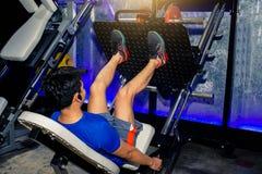 Estilo de vida asiático da máquina da imprensa do pé do exercício dos homens do homem para fitnes imagens de stock royalty free