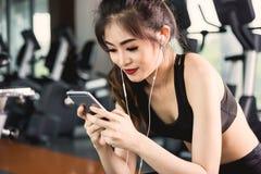 Estilo de vida bonito da menina da jovem mulher usando o smartphone após o trabalho foto de stock