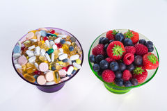Estilo de vida, conceito da dieta, suplementos saudáveis ao fruto e à vitamina com em fundo branco Fotografia de Stock Royalty Free