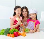 Estilo de vida da cozinha da família asiática Fotos de Stock Royalty Free