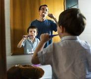 Estilo de vida da manhã da escova de dentes do filho do paizinho imagens de stock royalty free