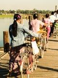 Estilo de vida da mulher na ponte de U-Bein Imagem de Stock
