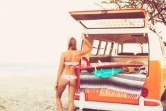 Estilo de vida da praia da menina do surfista imagem de stock