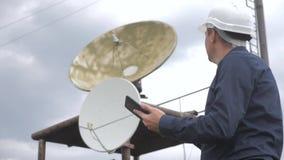 Estilo de vida do conceito da estação da produção da indústria do conceito da conexão a Internet da telecomunicação Homem do trab filme