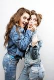 Estilo de vida e conceito dos povos: Forme um retrato de dois melhores amigos 'sexy' à moda das meninas, sobre o fundo branco Tem Foto de Stock
