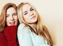 Estilo de vida e conceito dos povos: Forme um retrato de dois melhores amigos 'sexy' à moda das meninas, sobre o fundo branco Tem Fotos de Stock