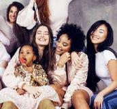 Estilo de vida e conceito dos povos: mulher bonita nova das nações da diversidade com as crianças diferentes da idade que comemor Fotografia de Stock Royalty Free