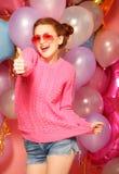 Estilo de vida e conceito dos povos: Retrato da mostra feliz da jovem mulher fotografia de stock royalty free