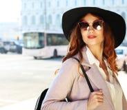 Estilo de vida e conceito dos povos: Retrato exterior da mulher de sorriso feliz bonita de Yong que veste o chapéu à moda, revest imagem de stock royalty free