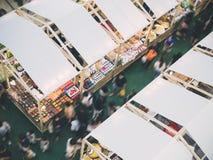 Estilo de vida exterior dos povos da compra da forma do mercado Fotografia de Stock Royalty Free