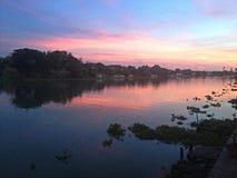 Estilo de vida idílico da reflexão do rio Fotos de Stock Royalty Free