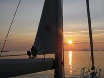 Estilo de vida que navega en puesta del sol Mar adriático de la cuenca mediterránea Tarde croata Región dálmata Foto de archivo libre de regalías