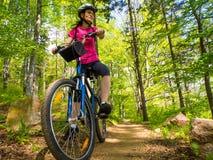 Estilo de vida saudável - ciclismo da mulher foto de stock