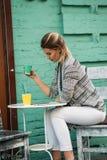 Estilo de vida saudável de passeio do café da bebida da jovem mulher fotos de stock