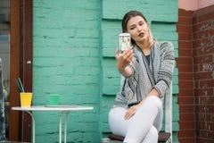 Estilo de vida saudável de passeio do café da bebida da jovem mulher imagem de stock royalty free