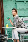 Estilo de vida saudável de passeio do café da bebida da jovem mulher fotografia de stock