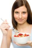 Estilo de vida saudável - a mulher come o cereal da morango Fotografia de Stock Royalty Free