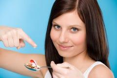 Estilo de vida saudável - a mulher come o yogurt do cereal Imagem de Stock
