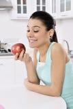 Estilo de vida saudável - mulher e maçã de sorriso felizes imagens de stock