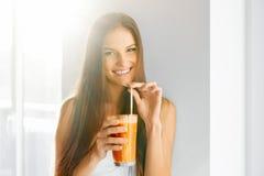 Estilo de vida saudável Mulher que bebe o suco fresco da desintoxicação Alimento, dieta, imagens de stock royalty free