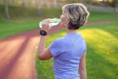 Estilo de vida saudável Retrato da jovem mulher com a garrafa da água foto de stock