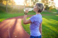 Estilo de vida saudável Retrato da jovem mulher com a garrafa da água imagens de stock royalty free