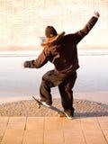 Estilo de vida urbano - adolescente masculino novo que manualing Fotografia de Stock