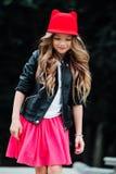 Estilo de vida, verão e conceito da infância - jovem mulher, adolescente retrato da menina à moda fotos de stock royalty free