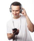 Estilo de vida y concepto de la gente: Hombre joven que disfruta de música en el suyo él Imágenes de archivo libres de regalías