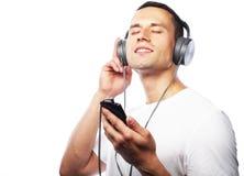 Estilo de vida y concepto de la gente: Hombre joven que disfruta de música en el suyo él Foto de archivo