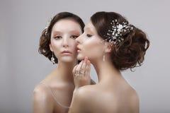 Estilo de Vogue Dos mujeres elegantes con joyería y maquillaje del arte fotografía de archivo libre de regalías