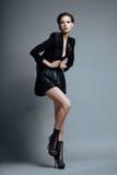 Estilo de Vogue. Modelo de fôrma à moda da mulher na roupa preta na moda e nas botas. Personalidade Imagens de Stock Royalty Free