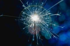 Estilo del azul del color La Navidad y el Año Nuevo van de fiesta la bengala con el fondo circular abstracto del bokeh Imágenes de archivo libres de regalías