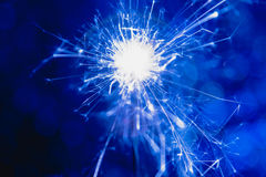 Estilo del azul del color La Navidad y el Año Nuevo van de fiesta la bengala con el fondo circular abstracto del bokeh Fotos de archivo libres de regalías