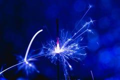 Estilo del azul del color La Navidad y el Año Nuevo van de fiesta la bengala con el fondo circular abstracto del bokeh Fotografía de archivo