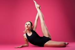 Estilo del contacto-para arriba del deporte de la mujer de la belleza que hace fractura Foto de archivo