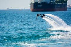 Estilo del delfín durante una demostración del flyboard Foto de archivo libre de regalías
