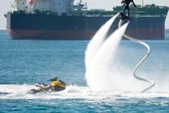 Estilo del delfín durante una demostración del flyboard Fotografía de archivo libre de regalías