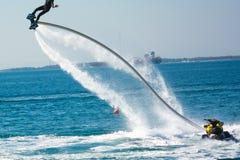 Estilo del delfín durante una demostración del flyboard Imagen de archivo